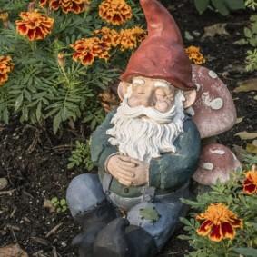садовая фигура гном оформление идеи