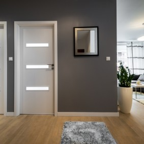 серо белые двери