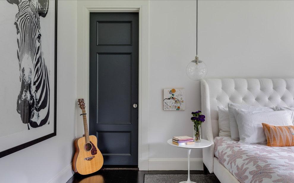дизайн квартиры с серыми дверями