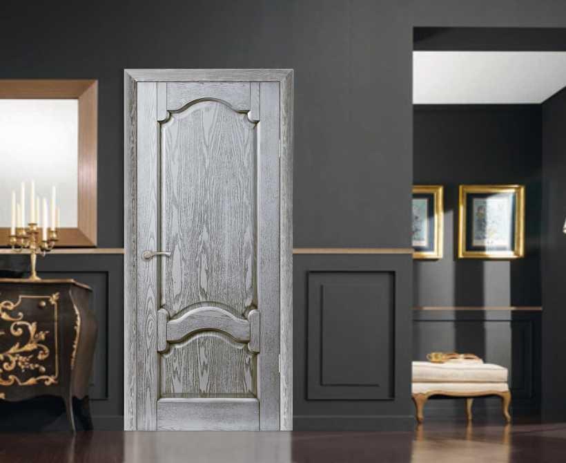 серые двери в классическом интерьере
