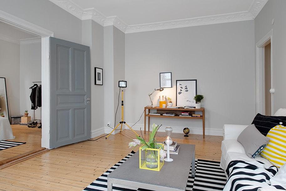 серые двери в гостиной