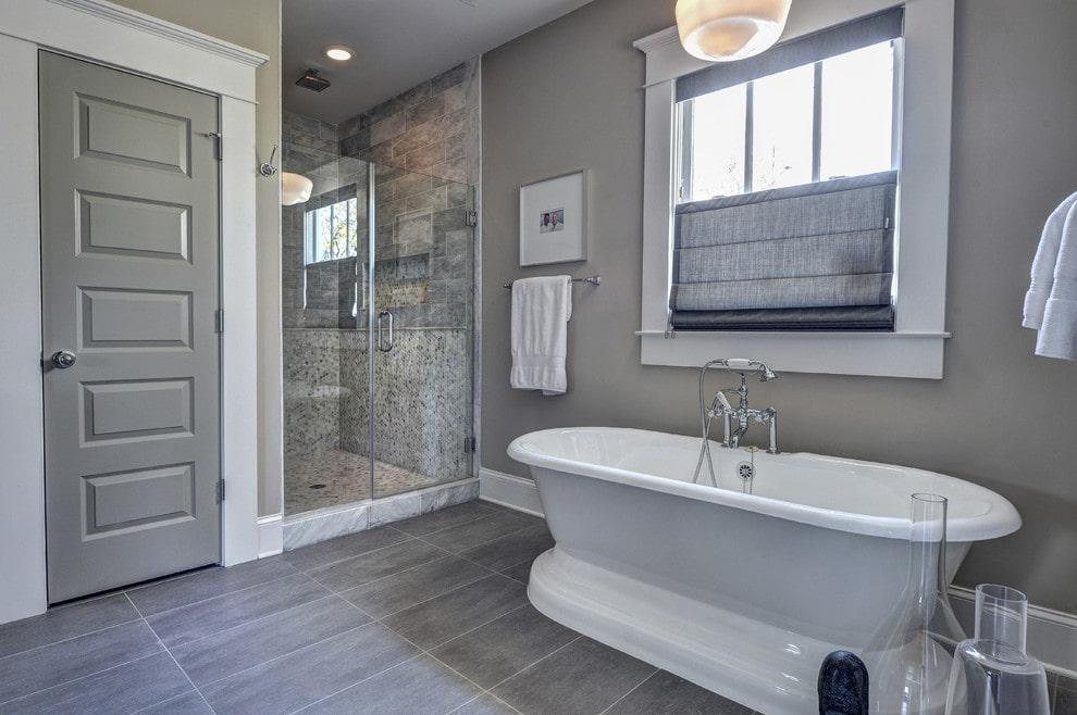 серые двери в ванной
