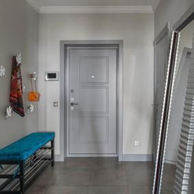 серые двери в квартире в прихожей