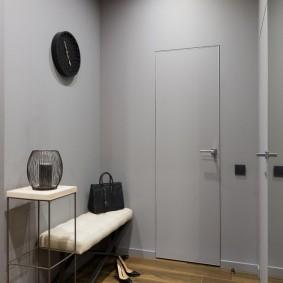 серые двери в квартире под цвет стен