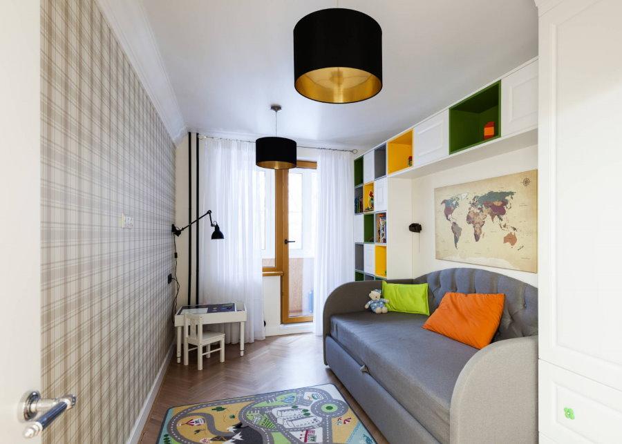 Серый раскладной диван в 2 комнатной квартире