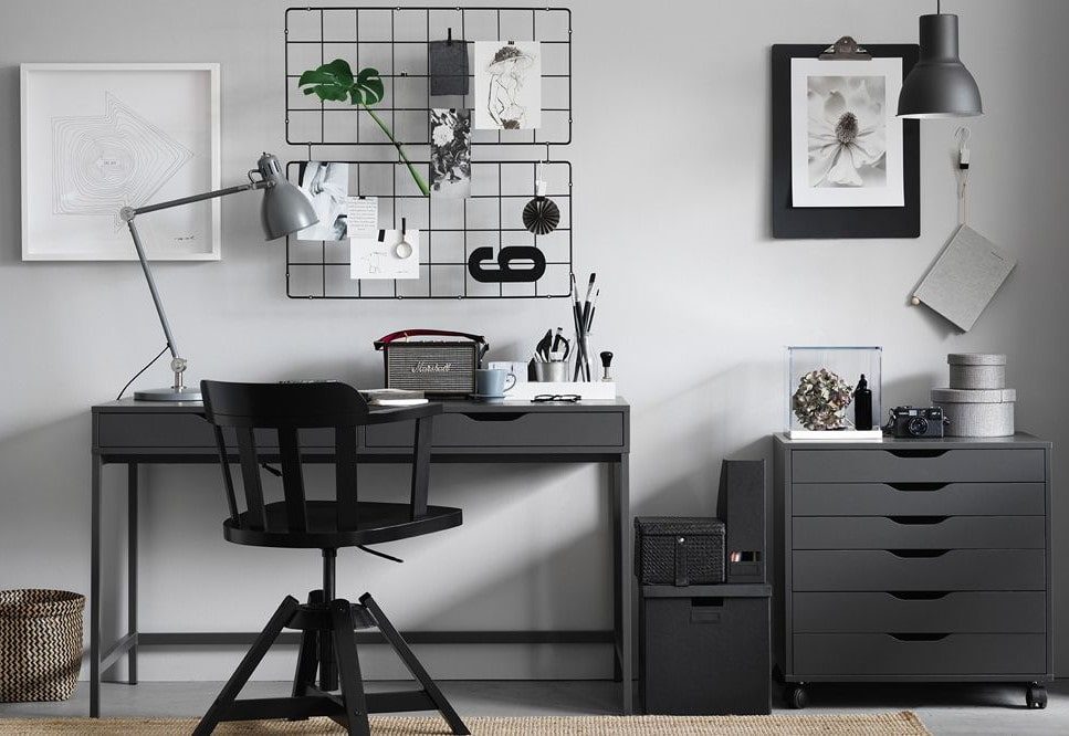 Серый письменный стол в комнате школьника