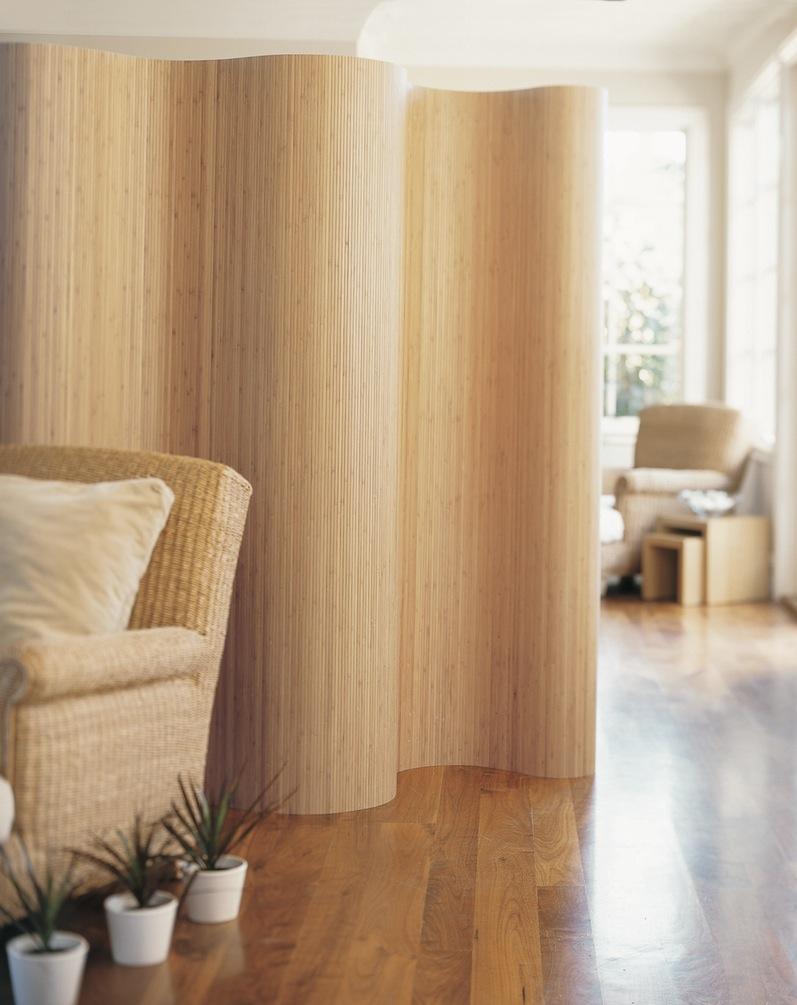 Гибкая бамбуковая ширма в светлой гостиной