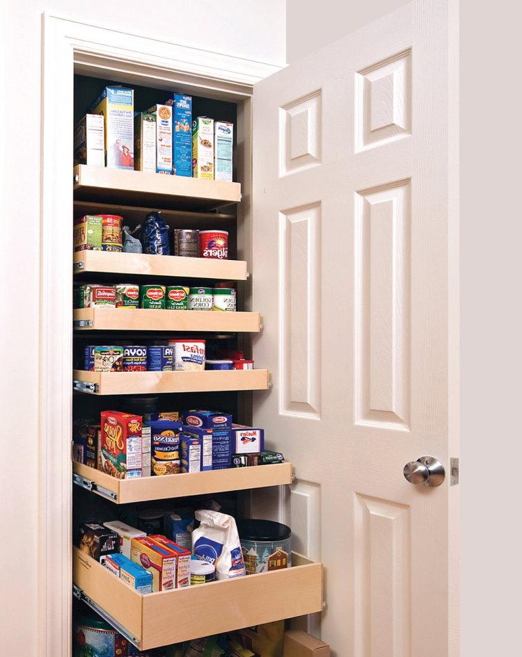 Шкаф-кладовка с продуктами в интерьере прихожей