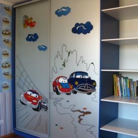 Веселые рисунки на створках детского шкафа-купе