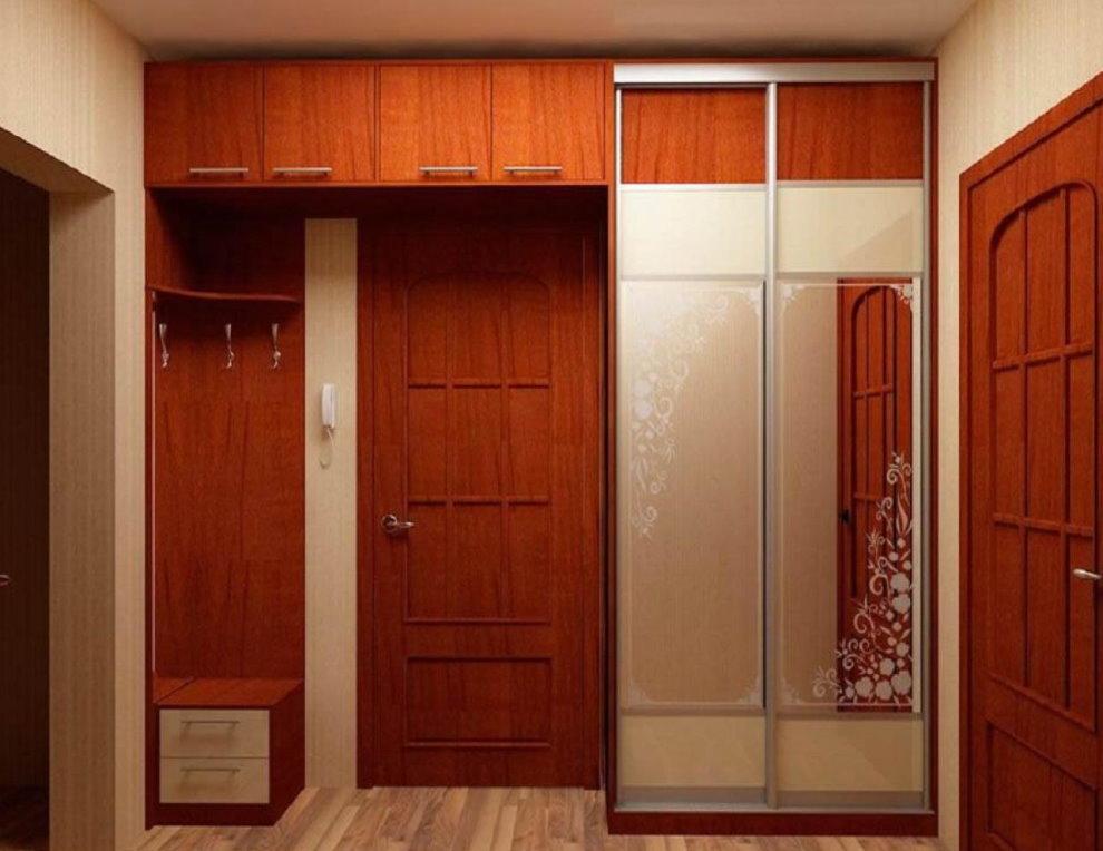 Встроенная мебель в интерьере коридора