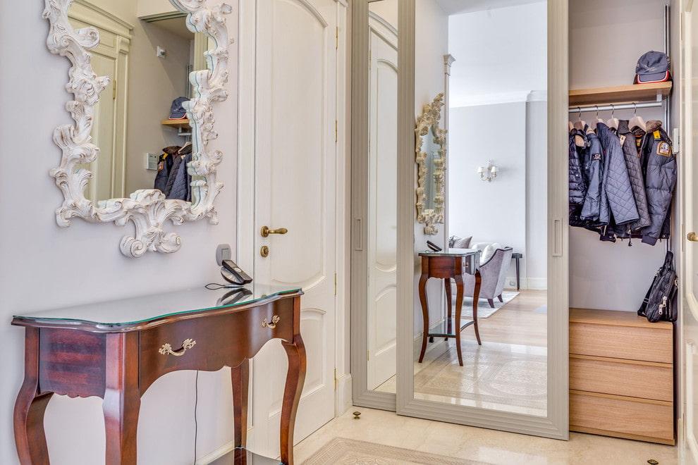 Зеркальный шкаф-купе в коридоре классического стиля