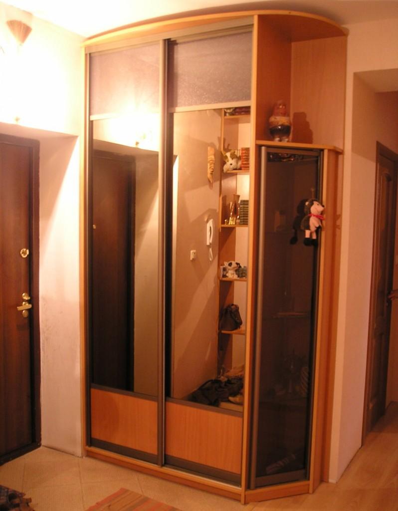 Корпусной шкаф-купе в небольшом коридоре