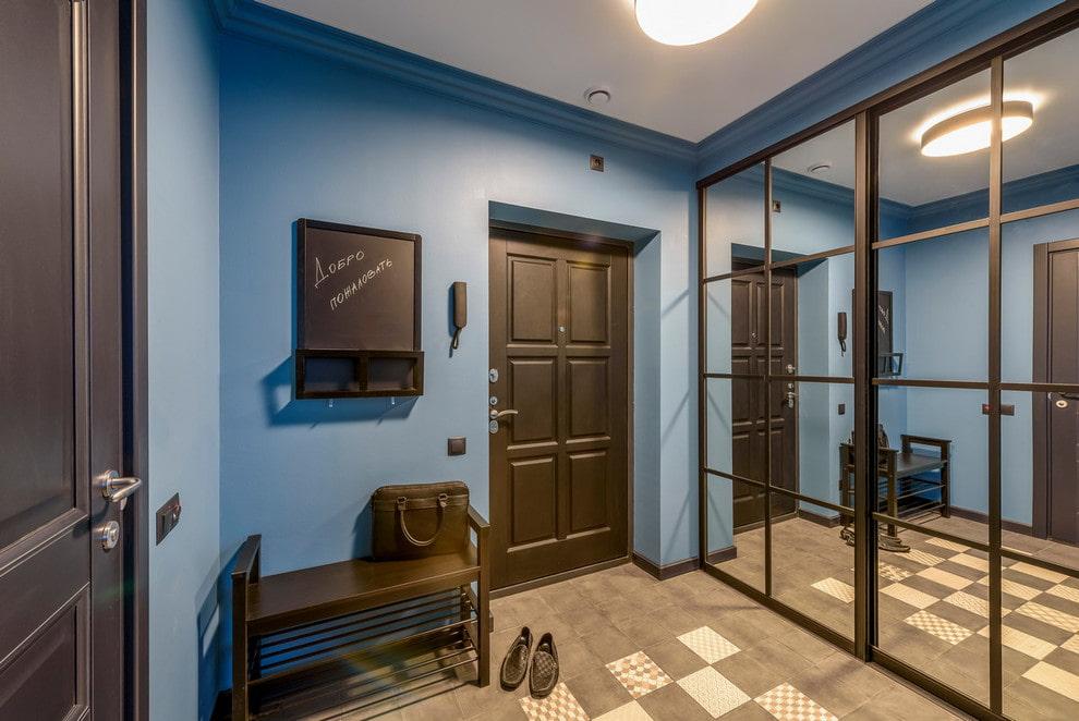 Зеркальные дверцы шкафа-купе в интерьере коридора
