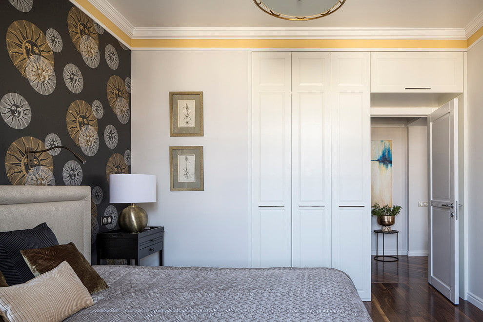 Шкаф-перегородка между спальней и коридором