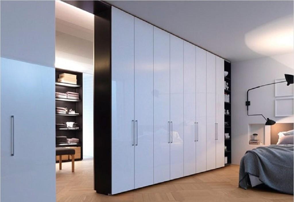 Распашной шкаф-перегородка с проходом в другую комнату