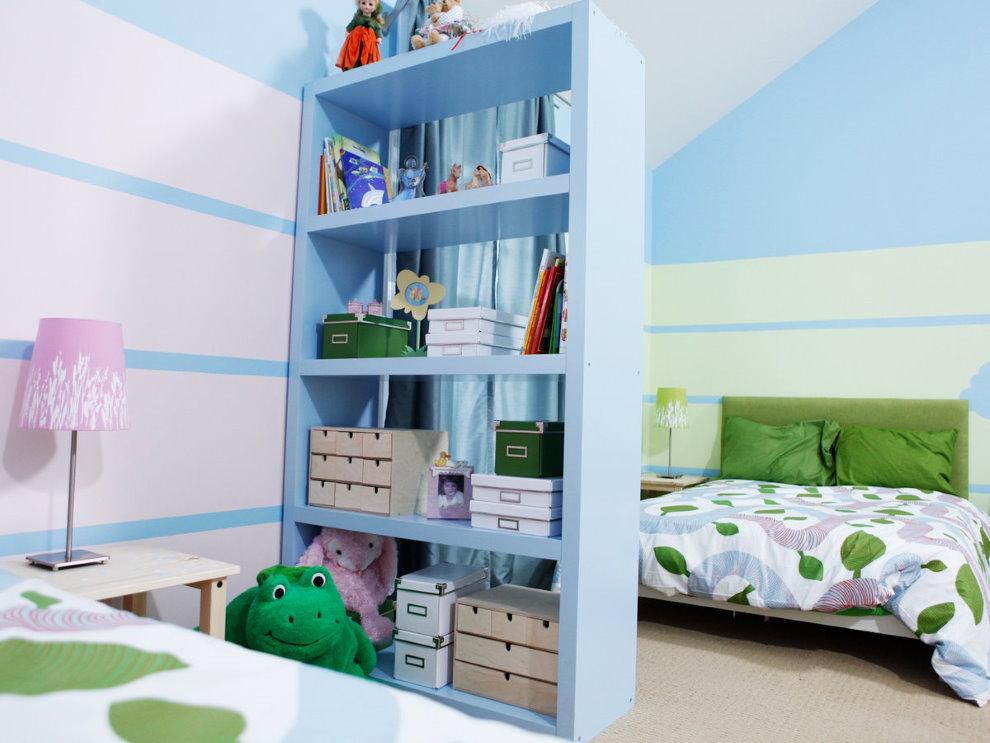 Голубой стеллаж с детскими вещами