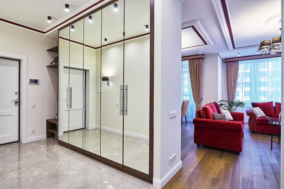 Зеркальный шкаф вместо перегородки между прихожей и комнатой