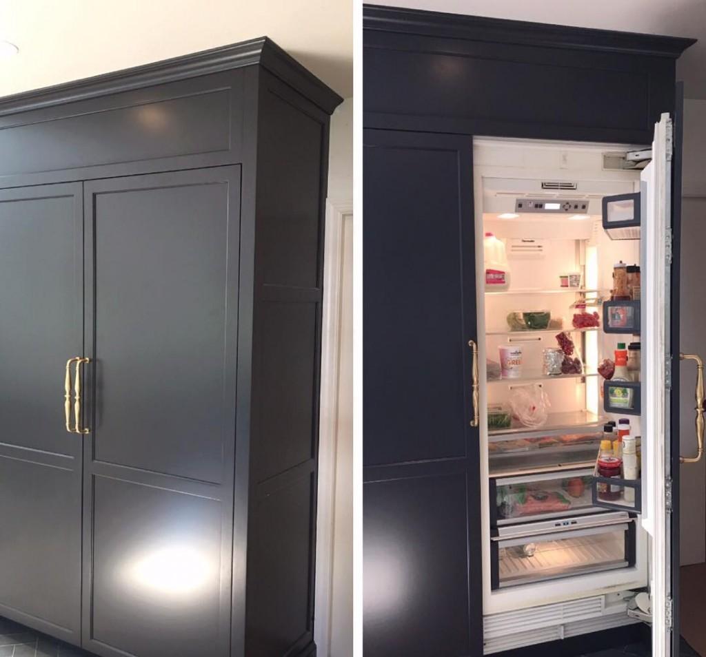 Размещение бытового холодильника внутри серого шкафа