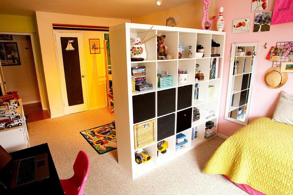 Разделение стеллажом пространства детской комнаты