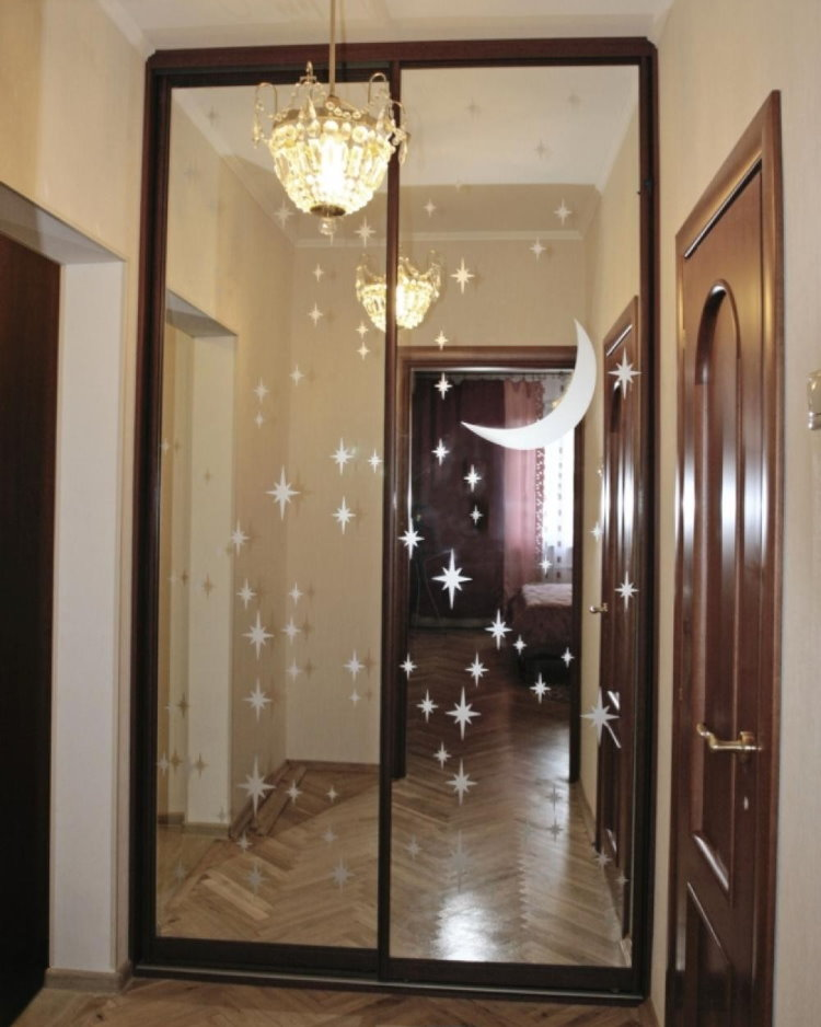 Встроенный шкаф с зеркалами на дверцах