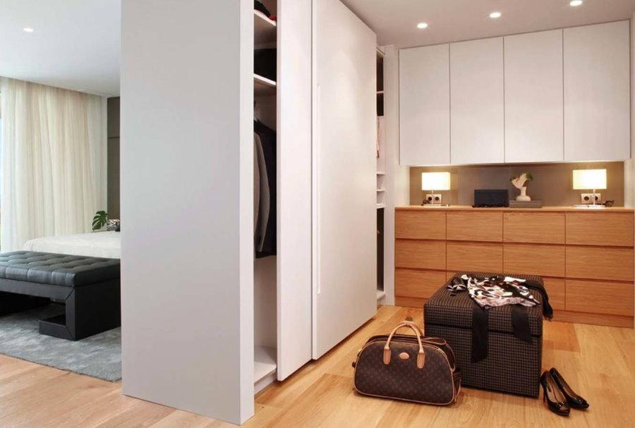 Шкаф-перегородка в интерьере квартиры студии