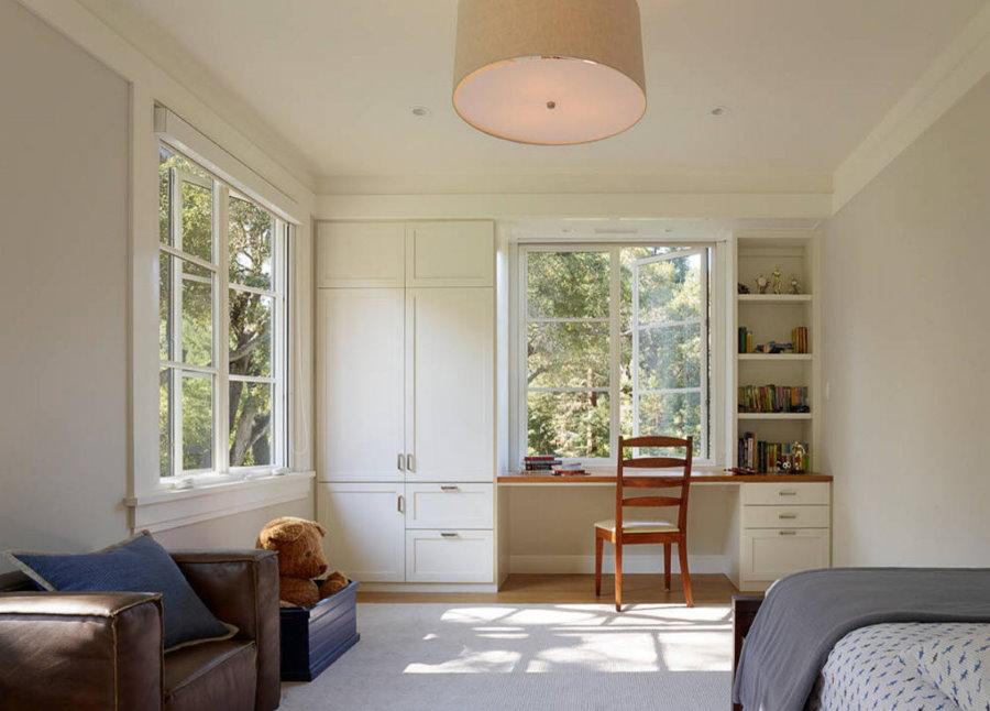 Угловая гостиная со шкафом вокруг окна