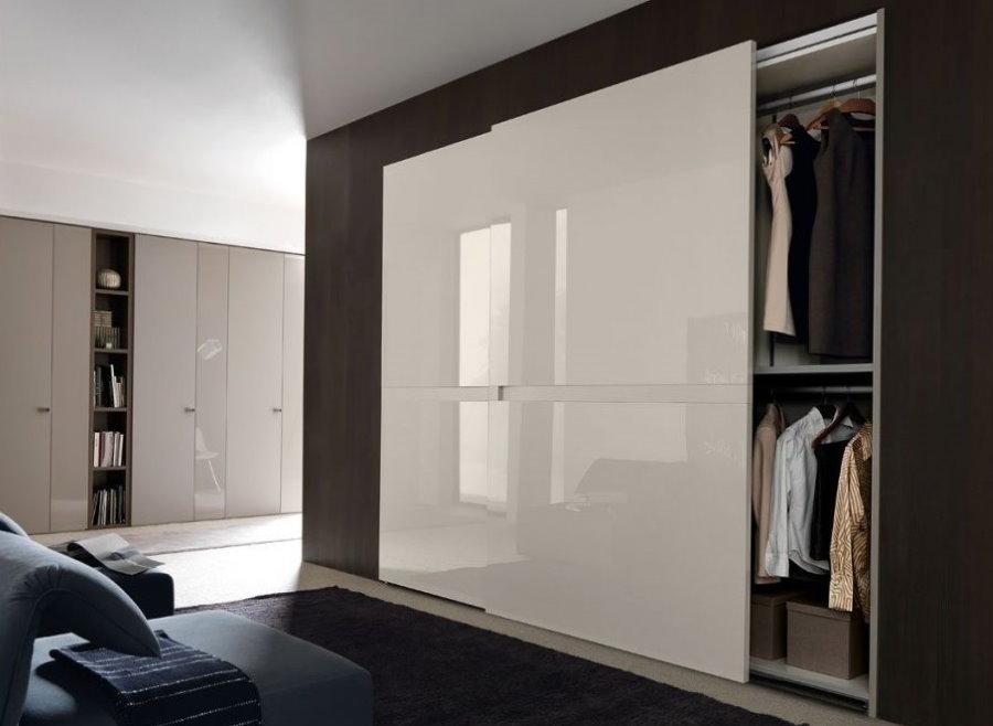 Глянцевые дверцы на встроенном шкафу купейного типа