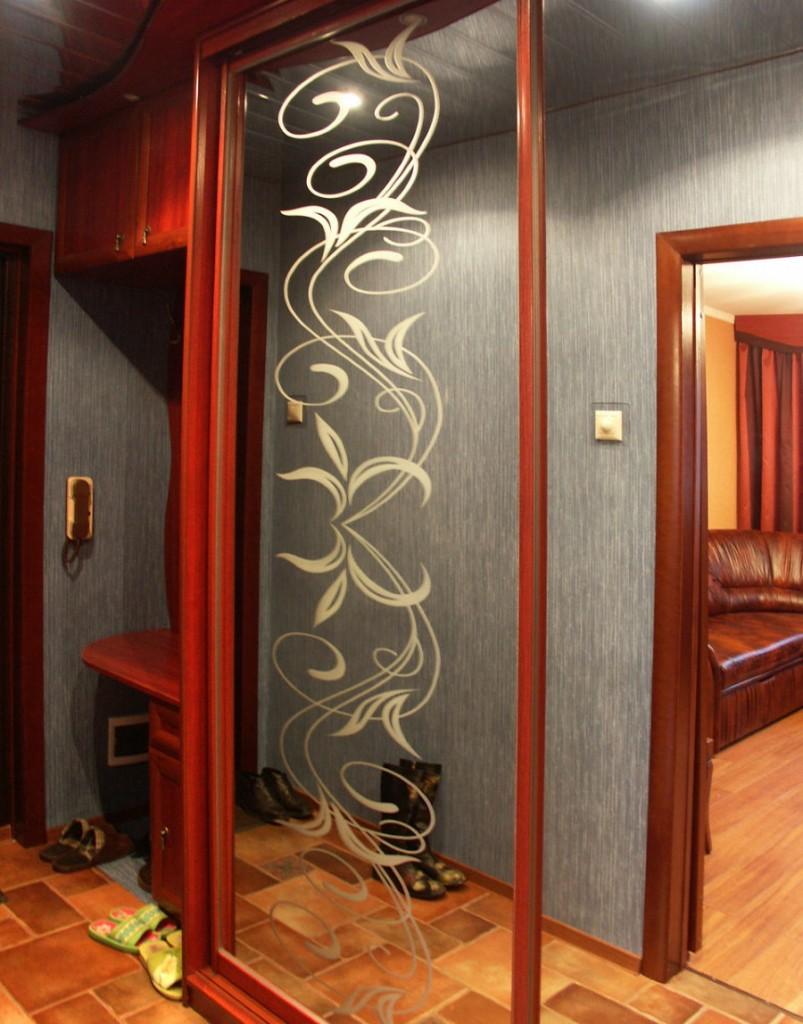 Зеркальный шкаф-купе с пескоструйным рисунком