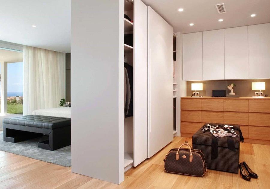Шкаф-перегородка с раздвижными дверцами