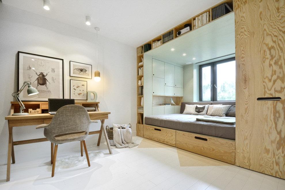 Кровать между шкафами в комнате подростка