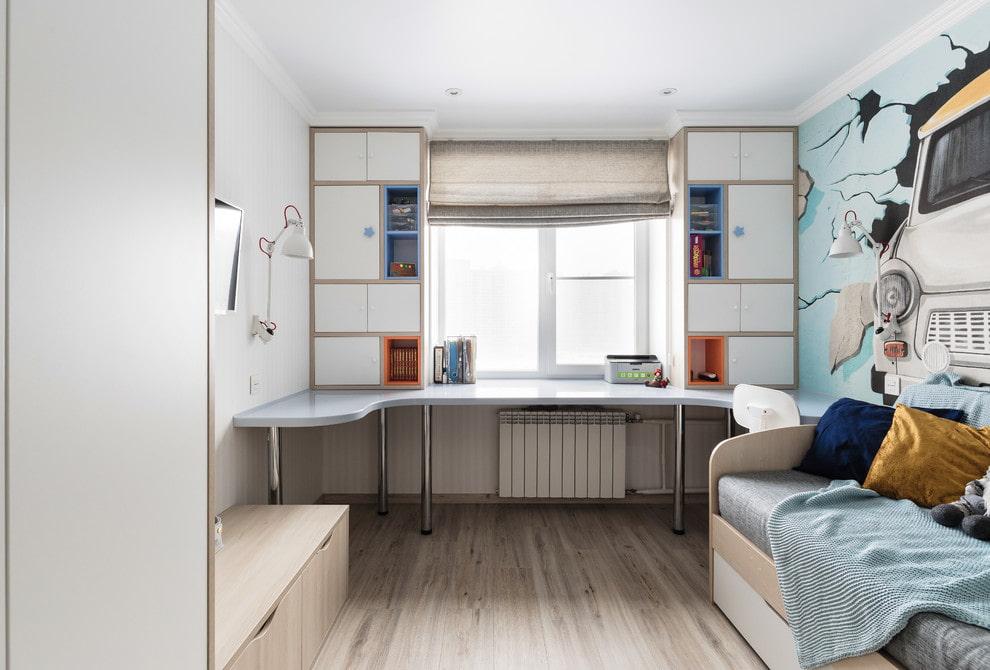 Надстроенные шкафы вокруг окна в комнате мальчика