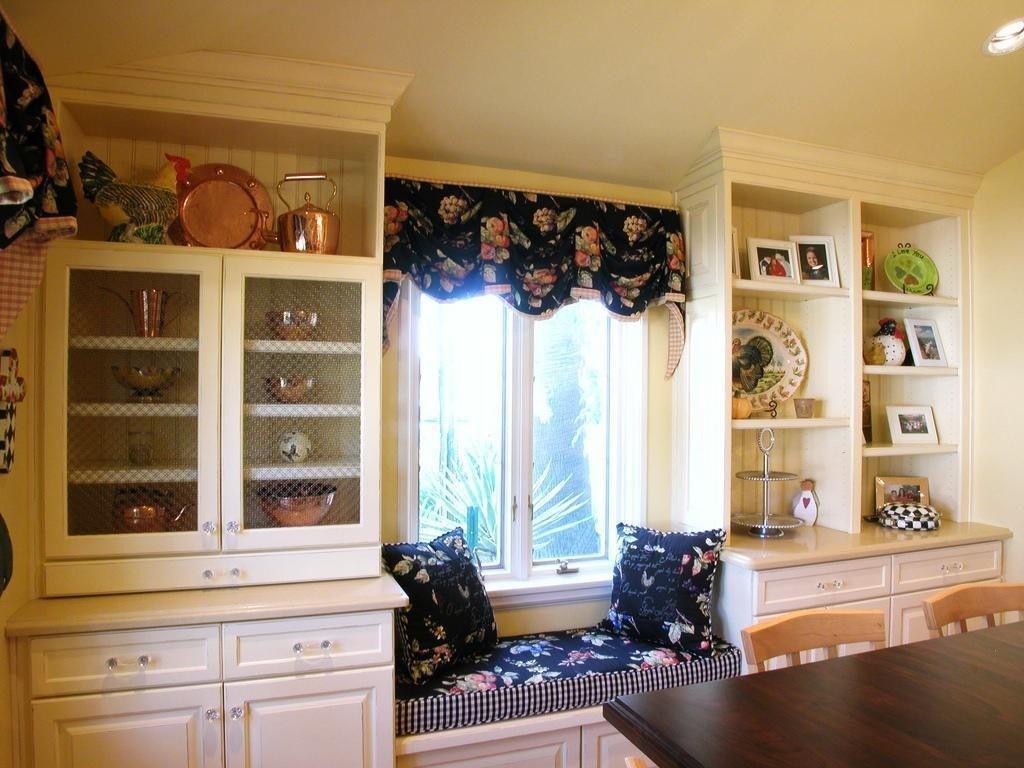 Шкафы для кухонной посуды вокруг окна