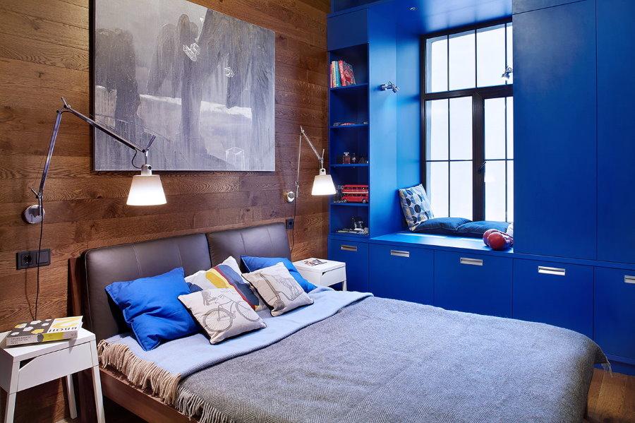 Синие шкафы вокруг окна в детской комнате