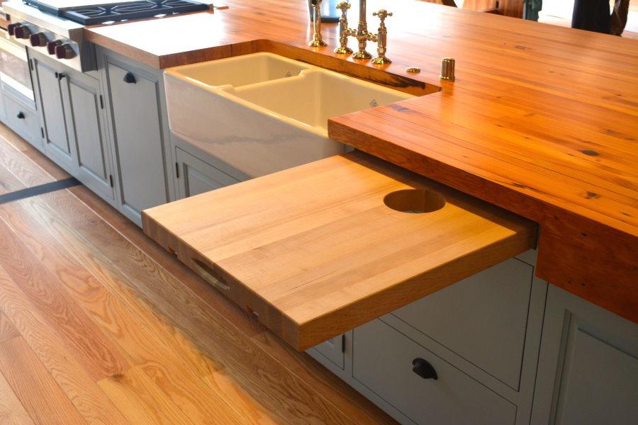 Выдвижной столик из натурального дерева