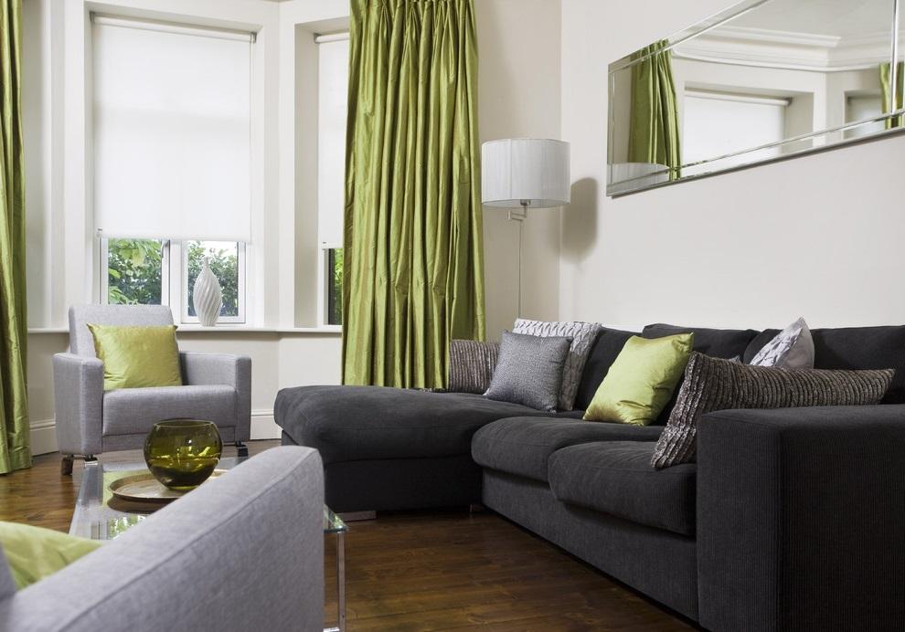 Зеленые занавески в гостиной комнате