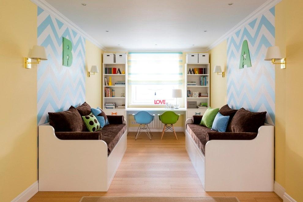 Шкафы возле окна комнаты для двоих детей