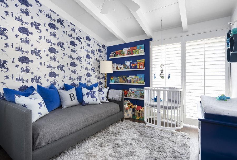 Синий принт на обоях в комнате мальчика