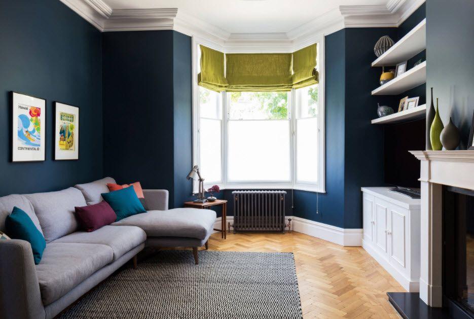 Темно-синие стены гостиной комнаты