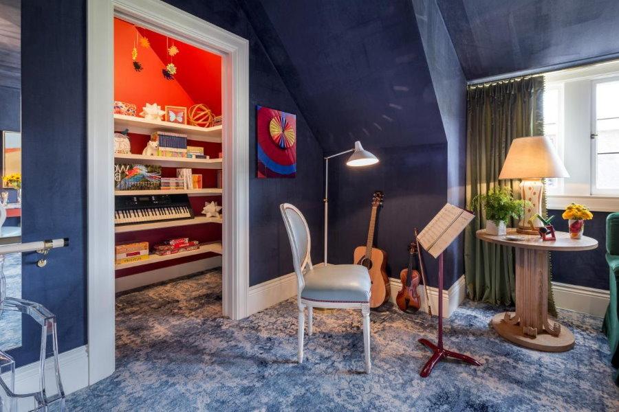 Синие стены мансардной комнаты для мальчика
