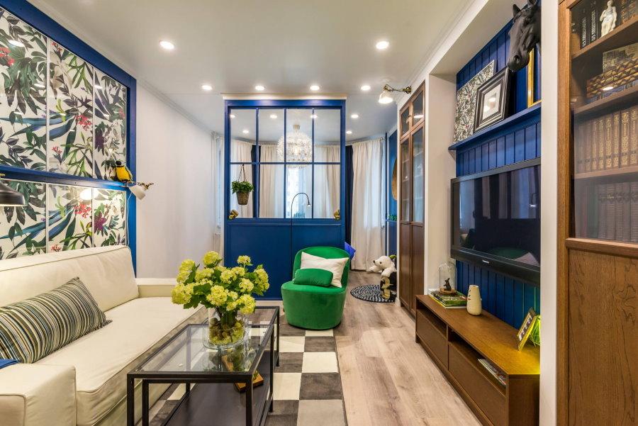 Синяя перегородка в двухкомнатной квартире