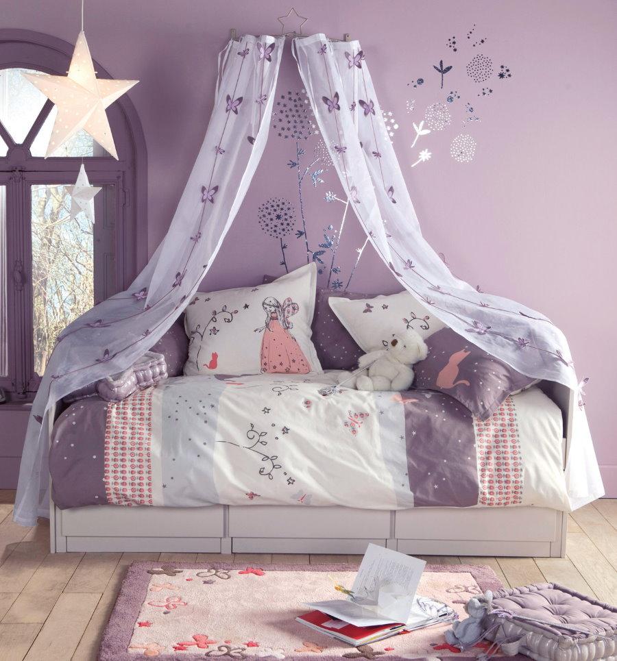 Кровать с балдахином на фоне сиреневой стены