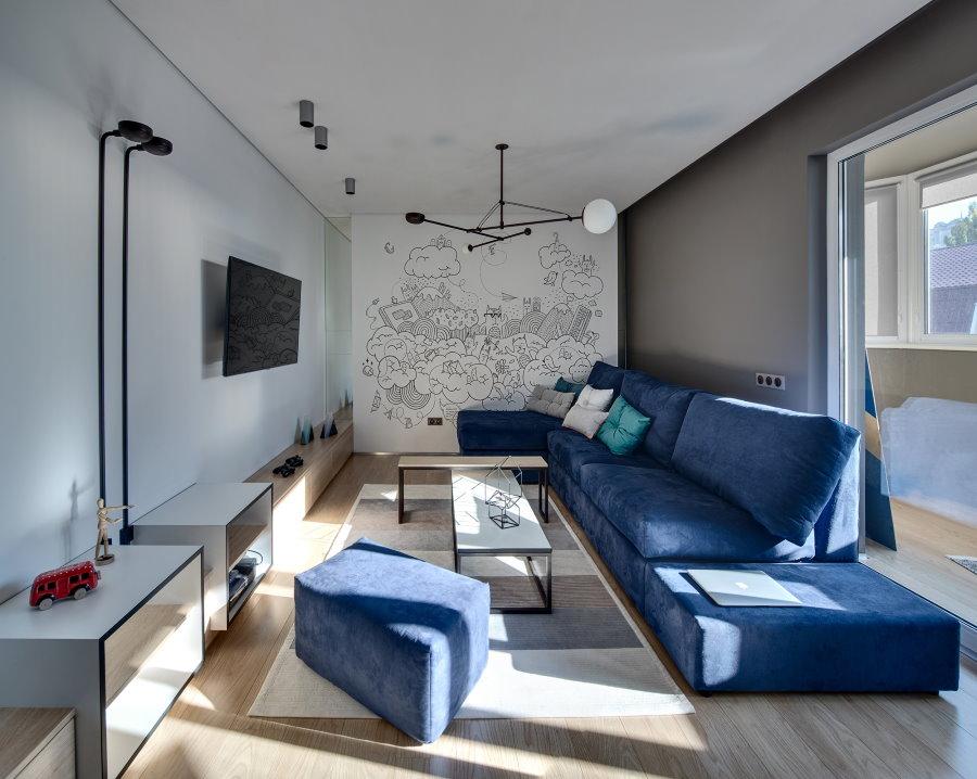 Синий диван в однокомнатной квартире мужчины