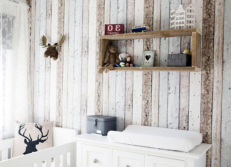 Деревянная полочка на стене комнаты для малыша