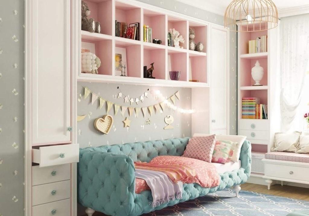 Удобная софа в интерьере девчачьей комнаты