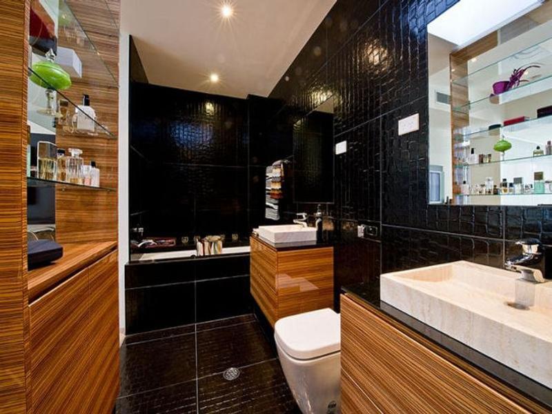 Дерево в интерьере совмещенной ванной комнаты