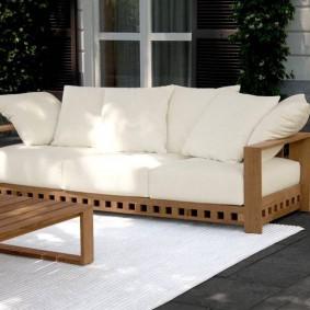 современная садовая скамья с подушками