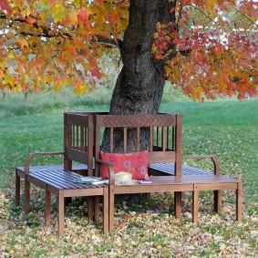 современная садовая скамья у дерева