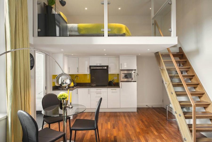 Деревянная лестница на второй уровень квартиры студии