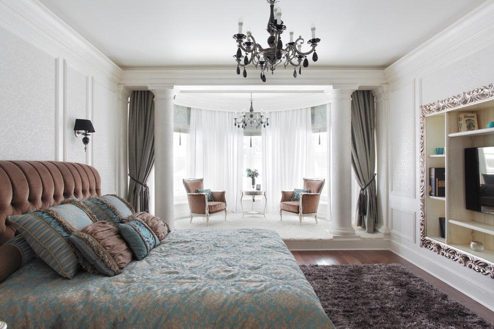 Классика в интерьере спальни с присоединенным балконом