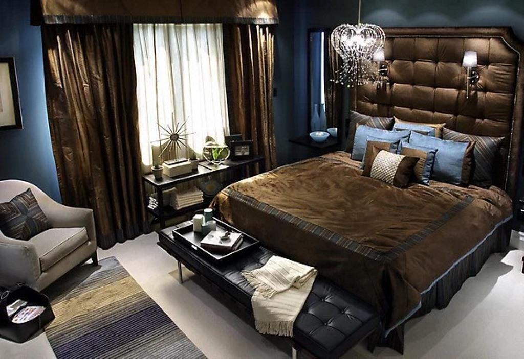 спальня в шоколадных тонах с синими обоями